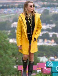 Margot-Robbie-trench-rainy--Coat